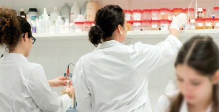Profesjonalne kosmetyki do włosów z najwyższej półki… niekoniecznie z drogeryjnej. Dlaczego profesjonalne kosmetyki do włosów są lepsze od tych drogeryjnych?