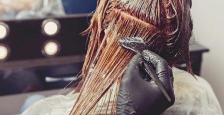Farbowanie włosów latem – 5 żelaznych zasad letniej koloryzacji